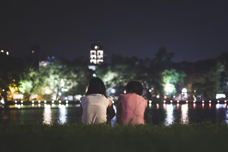 couplesitwatchingcitynightlife