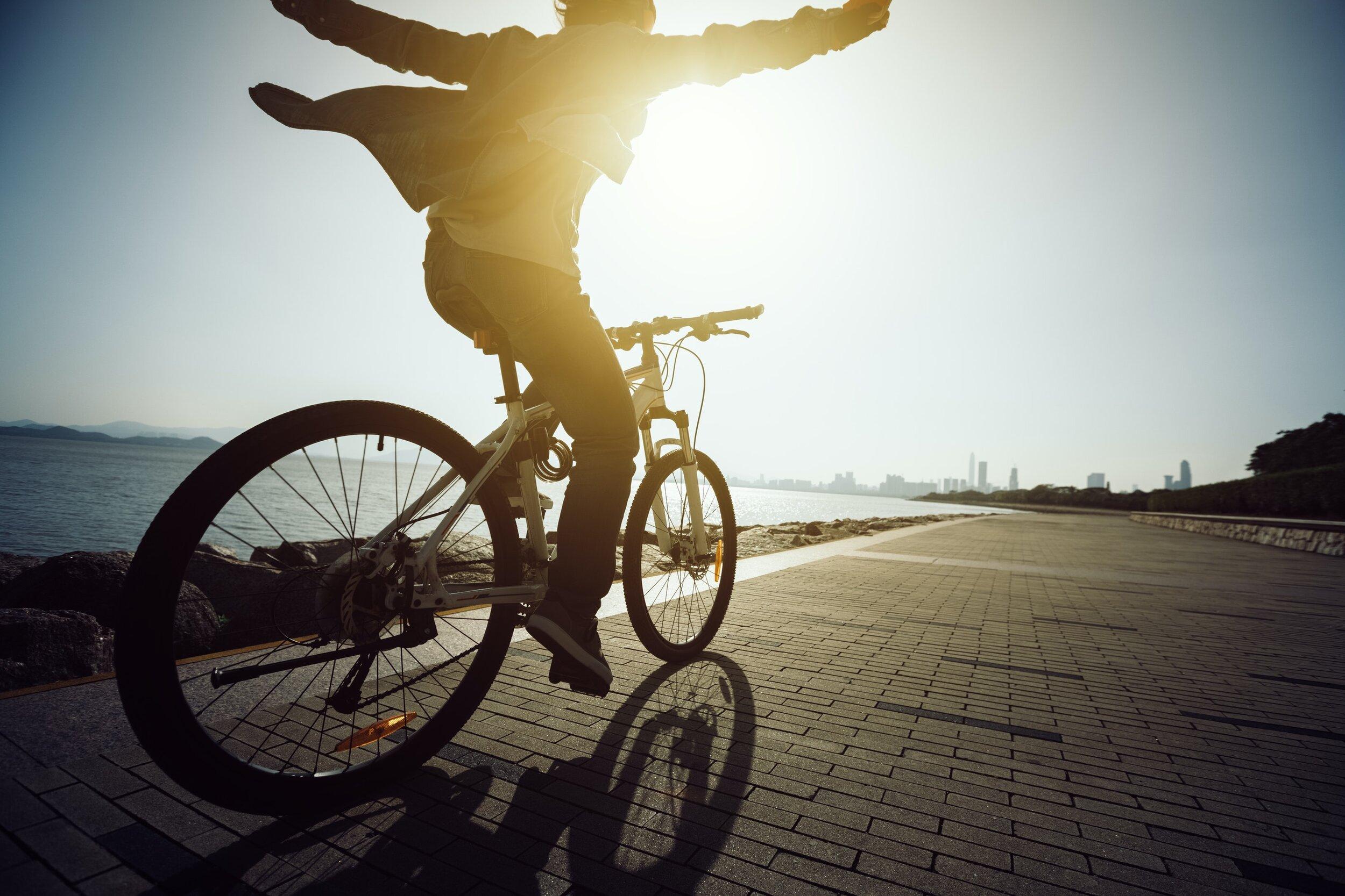 cyclistnotholdingontohandlebars
