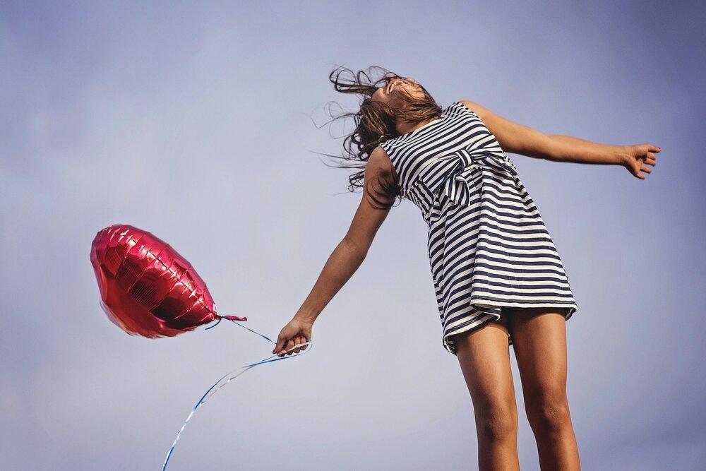 happywomanwithballoon