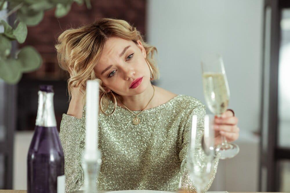 womanfeelingsorryforherselfwithglassofalcohol