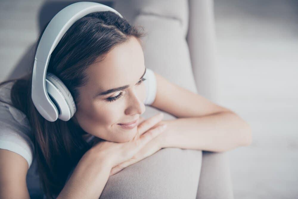 womanwithheadphonesonlisteningtopodcast