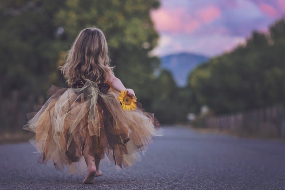 younggirlwalkingalongtheroad