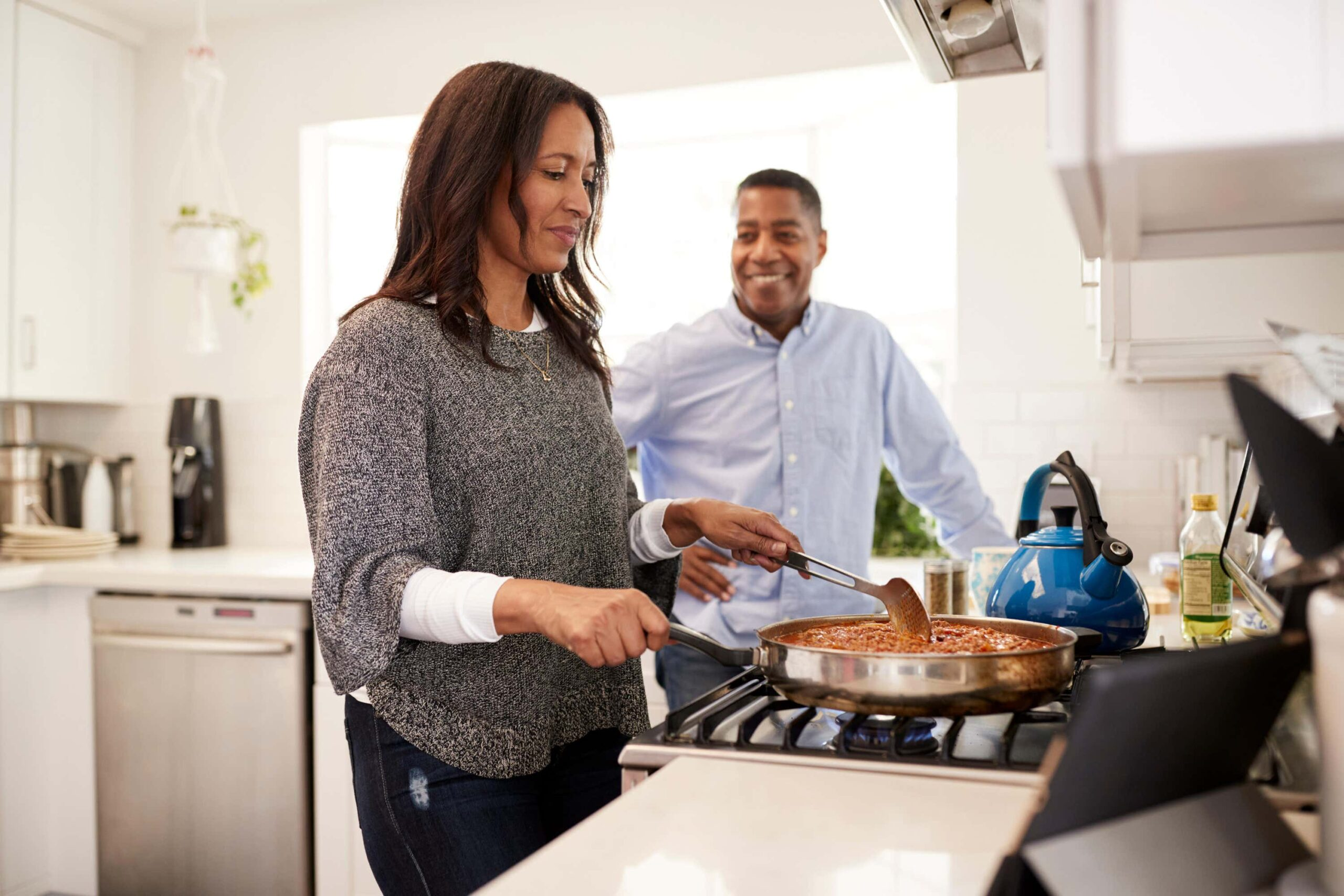 couple cooking in kitchen scaled